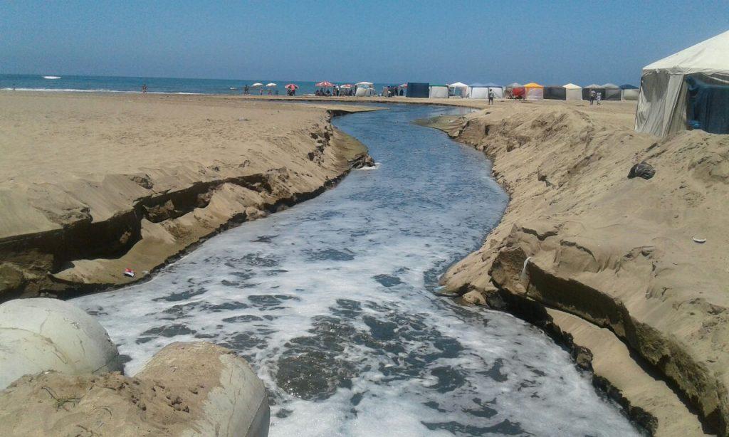 مصطافو شاطئ مرزك يسبحون في مياه الصرف الصحي